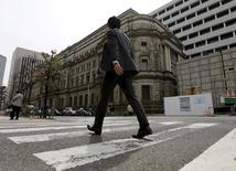 Un hombre camina cerca del edificio del Banco de Japón, en Tokio. 23 de marzo de 2016. Un nuevo ascenso del yen se suma a los problemas de los funcionarios del Banco de Japón que se reúnen esta semana para revisar la política monetaria, pero muchos aún parecen estar a favor de frenar los estímulos a la economía pese a las señales de que la inflación se debilita. REUTERS/Toru Hanai