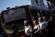People line up to get on the bus at 'Constitucion' station in Buenos Aires, Argentina, March 31, 2016. Los precios minoristas de Argentina habrían subido en promedio un 3,9 por ciento en mayo, liderados principalmente por un alza en combustibles y los remanentes de incrementos en tarifas de servicios, según un sondeo de Reuters.   REUTERS/Marcos Brindicci
