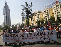 Imagen de archivo de una marcha contra el desempleo en Santiago, feb 3, 2009. La percepción sobre la economía chilena cayó por tercer mes consecutivo en mayo y completó dos años en terreno pesimista, en medio de expectativas de un bajo crecimiento de la actividad doméstica y un esperado aumento del desempleo, mostró el lunes un sondeo privado.  REUTERS/Ivan Alvarado