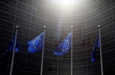 Representantes diplomáticos de la UE discutirán el próximo 21 de junio en Bruselas si amplían las sanciones sobre Rusia por su papel en el conflicto de Ucrania, una decisión que los ministros del bloque aprobarán tres días después, dijeron el lunes fuentes diplomáticas.  En la imagen, banderas de la UE ondean fuera del edificio de la COmisión Europea en Bruselas, el 4 de junio de 2015. REUTERS/Francois Lenoir