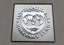El logo del FMI en su sede en Washington, abr 18, 2013. El Fondo Monetario Internacional (FMI) aprobó el lunes a Colombia una nueva línea de crédito flexible para los próximos dos años por 11.500 millones de dólares, para ayudar al país a hacer frente a los choques externos, incluyendo la caída de los precios del petróleo.  REUTERS/Yuri Gripas