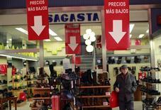 Los precios de consumo en España mantuvieron su acusada trayectoria bajista en mayo, según confirmaron datos definitivos publicados el martes por el Instituto Nacional de Estadística (INE). En la imagen, eun hombre camina delante de una tienda en Sevilla, España, el 12 de diciembre de 2014. REUTERS/Marcelo del Pozo