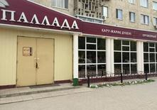 Цветы рядом с оружейным магазином в Актобе, где произошло нападение. Напавшие на военную часть и оружейные магазины в казахстанском городе Актобе 5 июня могли следовать призыву сирийского имама начать джихад, сказал журналистам министр внутренних дел Калмуханбет Касымов в понедельник. REUTERS/Olzhas Auyezov