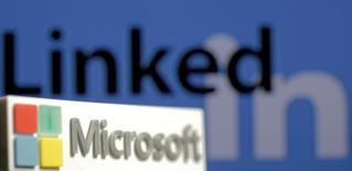 Логотип Microsoft на фоне логотипа LinkedIn. Microsoft купит оператора социальной сети для поиска деловых контактов LinkedIn за $26,2 миллиарда, что станет крупнейшей сделкой для технологического гиганта.    REUTERS/Dado Ruvic/Illustration