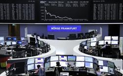 Фондовая биржа Франкфурта-на-Майне. Европейские фондовые индексы снизились до новых трехмесячных минимумов во вторник под давлением акций сырьевых компаний, открыв пятую кряду сессию в минусе на фоне беспокойства инвесторов перед предстоящим заседанием Федрезерва США и референдумом о членстве Великобритании в ЕС на следующей неделе. REUTERS/Staff/Remote
