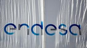 Endesa anunció el miércoles que negocia con su matriz italiana Enel la compra del 60 por ciento que aún no posee en Enel Green Power España, una operación que el mercado barruntaba desde hace varios años y que equilibrará el mix de generación de la eléctrica española.  Imagen del logo de Endesa en su sede en Madrid, el 26 de abril de 2016. REUTERS/Andrea Comas