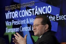 El Banco Central Europeo se enfrenta a unos límites claros sobre el uso de los tipos de interés negativos, pero la inflación, su mayor preocupación, en realidad podría sorprender al alza tras años de pronósticos fallidos, dijo el miércoles vicepresidente del BCE, Vitor Constancio.  En la imagen, el vicepresidente del BCE, Vitor Constancio, habla durante un evento organizado por Reuters en Nueva York, el pasado 19 de febrero de 2016. REUTERS/Brendan McDermid