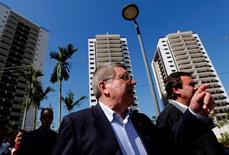 Presidente do COI, Thomas Bach, e prefeito do Rio, Eduardo Paes, na Vila Olímpica dos Jogos Rio 2016. 15/06/2016 REUTERS/Sergio Moraes