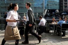 Gente conversa y habla en los bares del distrito financiero de Canary Wharf en Londres. 9 de junio de 2016. Los principales bancos del mundo, como Citi y Goldman Sachs, harán que sus operadores más importantes trabajen durante la noche tras el referendo sobre la permanencia británica en la Unión Europea, en las que se prevé sean las 24 horas más volátiles para los mercados en un cuarto de siglo. REUTERS/Russell Boyce