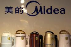 Le groupe chinois d'électroménager Midea a lancé officiellement jeudi une OPA de 4,5 milliards d'euros sur Kuka, confirmant son objectif d'acquérir plus de 30% du capital du fabricant allemand de robots industriels. /Photo prise le 18 mai 2016/REUTERS/Kim Kyung-Hoon