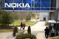 Nokia, plus forte hausse du CAC 40, monte de 1,27% à la Bourse de Paris à la mi-séance. La société a annoncé qu'elle pensait franchir le seuil de 95% du capital d'Alcatel-Lucent et a fait état de son intention de lancer un offre publique de retrait après cela. Le CAC 40 recule de 0,49% à 4.151,3 points à 12h45. /Photo prise le 6 avril 2016/REUTERS/Antti Aimo-Koivisto/Lehtikuva