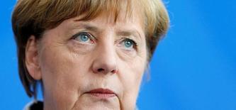 Ангела Меркель на пресс-конференции в Берлине. Канцлер Германии Ангела Меркель заявила, что снятие европейских санкций, введённых против России в связи с конфликтом на Украине, не зависит от реализации проекта Северный поток, возглавляемого российским газовым гигантом Газпромом. REUTERS/Hannibal Hanschke