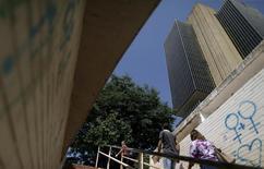 Gente camina fuera de la sede del Banco Central de Brasil en Brasilia. 9 de diciembre de 2015. La actividad económica en Brasil subió en abril por primera vez en más de un año de severa recesión, pero el incremento marginal fue menos de lo previsto por analistas, mostraron datos del Banco Central publicados el jueves. REUTERS/Ueslei Marcelino