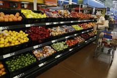 Una mujer comprando en un supermercado Walmart en Roger, Arkansas, Estados Unidos. 6 de junio de 2013. Los precios al consumidor de Estados Unidos se moderaron en mayo, pero aumentos sostenidos en los costos de vivienda y salud mantuvieron firme a la inflación subyacente, lo que podría permitir a la Reserva Federal subir sus tasas de interés este año. REUTERS/Rick Wilking