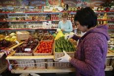 Cлужащие сортируют овощи в магазине. Потребительские цены в России с 7 по 14 июня 2016 года выросли на 0,1 процента по сравнению с нулевой инфляцией на предыдущей неделе, сообщил Росстат. EREUTERS/Maxim Zmeyev