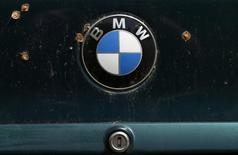 El logo de BMW fotografiado en un auto en un depósito de chatarra en Fuerstenfeldbruck, Alemania. 21 de mayo de 2016. El fabricante alemán de autos de lujo BMW AG dijo el jueves que comenzará a fabricar en el 2019 su sedán serie 3 en su nueva fábrica en México, con una producción inicial de 150,000 unidades. REUTERS/Michaela Rehle