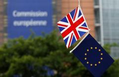 Unos nerviosos líderes europeos emitieron el jueves una serie de llamamientos a los británicos para que se queden en la Unión Europea en lugar de poner en riesgo años de daños económicos, pero el primer ministro de Eslovaquia, país que presidirá la UE desde julio, dijo que se deben preparar para el Brexit. En la imagen, las banderas británica y de la Unión Europea delante de la sede de la Comisión Europea en Bruselas, Bélgica, el 1 de junio de 2016. REUTERS/Francois Lenoir