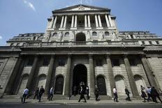"""Peatones caminan delante del Banco de Inglaterra, en Londres. 15 de mayo de 2014. El Banco de Inglaterra reforzó el jueves sus advertencias ante la posibilidad de que Reino Unido decida abandonar la Unión Europea en el referendo de la próxima semana, al afirmar que el llamado """"Brexit"""" podría perjudicar a la economía global y extender la depreciación de la libra esterlina. REUTERS/Luke MacGregor"""
