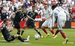 Игрок сборной Англии Даниэль Старридж (справа) забивает гол в ворота команды Уэльса в матче чемпионата Европы в Лансе 16 июня 2016 года. Гол вышедшего на замену форварда Даниэля Старриджа в добавленное время принес сборной Англии победу в матче против Уэльса на чемпионате Европы по футболу. REUTERS/Christian Hartmann