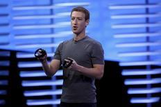 Imagen de archivo del presidente ejecutivo de Facebook, Mark Zuckerberg, durante una presentación del dispositivo de realidad virtual Oculus Rift durante una conferencia celebrada en San Francisco, California, EEUU. 12 abril 2016. El proyecto filantrópico del fundador de Facebook Inc, Mark Zuckerberg, realizó su primera gran inversión, a través de una ronda de financiación para una 'startup' que entrena y contrata a desarrolladores de software en África.  REUTERS/Stephen Lam