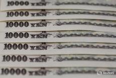 Купюры валюты иена в Токио 28 февраля 2013 года. Иена удерживалась вблизи многолетних пиков к доллару и евро в пятницу, подорожав после того, как Банк Японии воздержался от расширения мер стимулирования, в то время как фунт стерлингов восстановился, так как убийство депутата парламента, выступавшей против выхода из ЕС, как ожидается, поддержит кампанию за сохранение страны в составе блока. REUTERS/Shohei Miyano/File Photo