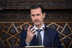 Башар Асад выступает перед членами парламента в Дамаске. Более 50 дипломатов Госдепартамента подписали внутренний меморандум, резко критикующий политику США в Сирии, призвав начать военные действия против армии президента страны Башара Асада, чтобы остановить постоянные нарушения режима прекращения огня. SANA/Handout via