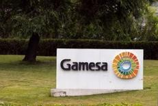 Gamesa y Siemens  anunciaron finalmente el viernes el acuerdo para fusionar sus respectivos negocios eólicos en una operación en acciones que dejará al grupo alemán como accionista mayoritario con un 59 por ciento del grupo resultante y de la que surgirá un nuevo líder eólico global. En la foto, el logo de Gamesa en su sede en Madrid el 17 de junio de 2016. REUTERS/Andrea Comas