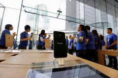 Sales staff welcome the customers to buy iPhone 6 and iPhone 6 Plus at an Apple store in Beijing, October 17, 2014. REUTERS/Jason Lee/File photo