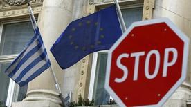 """La question de la """"soutenabilité"""" de la politique budgétaire imposée à la Grèce va se poser assez vite aux Européens, a déclaré le ministre français de l'Economie, Emmanuel Macron. /Photo prise le 25 février 2016/   REUTERS/Leonhard Foeger"""
