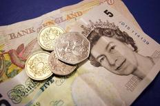 La livre sterling regagne du terrain lundi, après un changement de tendance en faveur d'un maintien du Royaume-Uni dans l'Union européenne révélé par certains sondages publiés ce week-end. /Photo d'archives/REUTERS/Catherine Benson