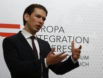 Себастьян Курц выступает на пресс-конференции в Вене. Министр иностранных дел Австрии сказал в воскресенье, что Евросоюзу пора приложить усилия для поиска общего языка с Россией. REUTERS/Leonhard Foeger