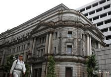 El Fondo Monetario Internacional instó el lunes al Gobierno de Japón a revisar sus medidas de estímulo, pasando a la vanguardia la reforma del mercado laboral y de las políticas de salarios, con el impulso de un mayor apoyo monetario y fiscal. En la imagen, un hombre pasea por delante del edificio del Banco de Japón, situado en Tokio, el pasado 6 de junio de 2016. REUTERS/Thomas Peter