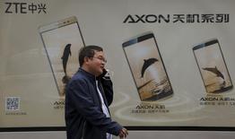 Les appareils mobiles dépasseront pour la première fois les PC comme support de publicité en 2017, prédit ZenithOptimedia, soit un an plus tôt que ce que l'agence média anticipait jusqu'ici. /Photo prise le 22 mars 2016//REUTERS/Kim Kyung-Hoon
