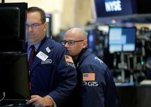 Operadores trabajando en la Bolsa de Nueva York, Estados Unidos. 10 de junio de 2016. Las acciones subían con fuerza el lunes en Wall Street y los referenciales S&P 500 y Dow Jones se recuperaban de sus pérdidas de la pasada semana, después de que sondeos revelados el fin de semana evidenciaron una ligera ventaja de la campaña a favor de que Reino Unido permanezca dentro de la Unión Europea. REUTERS/Brendan McDermid
