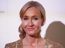 """La escritora británica J.K. Rowling durante un evento en el estadio de Warner Bros, en Londres. 9 de noviembre de 2013. La escritora JK Rowling criticó la retórica que rodea al referendo británico sobre la permanencia en la Unión Europea, calificando a la campaña general de """"divisiva y amarga"""". REUTERS/Olivia Harris/Files"""