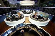 Las bolsas europeas caían durante las primeras operaciones del martes, después de un fuerte repunte en la sesión anterior, con un mercado bajo presión tras una caída de las acciones del sector minero y energético.  En la imagen, una vista general de la Bolsa de Fráncfort, Alemania, el 16 de junio de 2016. REUTERS/Ralph Orlowski