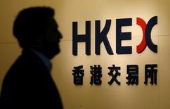Мужчина проходит мимо логотипа Гонконгской фондовой биржи 21 января 2016 года. Китайский фондовый рынок завершил торговую сессию вторника снижением основных индексов из-за беспокойства инвесторов по поводу роста мировой экономики. REUTERS/Bobby Yip/File Photo