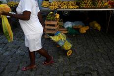 Una mujer compra en una feria en Río de Janeiro, Brasil. 6 de mayo de 2016. Los precios al consumidor de Brasil medidos por el índice IPCA-15 avanzaron un 0,40 por ciento en el mes hasta mediados de junio, una desaceleración desde un 0,86 por ciento en el mes previo, dijo el martes el estatal Instituto Brasileño de Geografía y Estadísticas (IBGE). REUTERS/Pilar Olivares