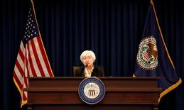 Глава ФРС США Джанет Йеллен выступает в Вашингтоне 15 июня 2016 года. Глобальные риски и замедление роста занятости в США обосновывают осторожный подход при повышении процентной ставки, поскольку Федрезерв ждёт подтверждений того, что восстановление экономики страны продолжается, сказала глава регулятора Джанет Йеллен во вторник. REUTERS/Kevin Lamarque