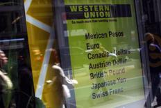 Imagen de archivo de una sucursal de Western Union en Nueva York, mar 28, 2009. Western Union Company, líder en transferencia de dinero, informó el martes que amplió su alcance en México al permitir el envío de dinero directamente desde Estados Unidos a casi todas las cuentas bancarias en el país vecino, el cuarto mayor mercado de remesas en el mundo.  REUTERS/Eric Thayer