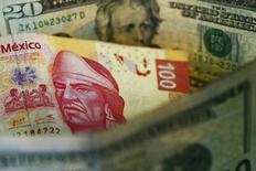 Fotografía ilustrativa que muestra un billete de 100 pesos mexicanos, y uno de 20 dólares estadounidenses, en Ciudad de México. 10 de marzo de 2015. El mayor peligro para la convergencia de la inflación en México a su objetivo oficial podría venir de una debilidad adicional del peso que desvíe las expectativas de los precios, dijo el martes el subgobernador del banco central, Manuel Sánchez. REUTERS/Edgard Garrido