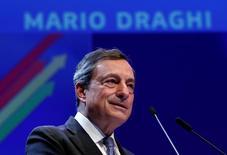 Le président de la Banque centrale européenne, Mario Draghi, dit mardi se tenir prêt à agir avec tous les instruments disponibles, l'incertitude étant grande, en raison notamment du référendum du 23 juin sur le maintien de la Grande-Bretagne dans l'Union européenne. /Photo prise le 9 juin 2016/REUTERS/François Lenoir
