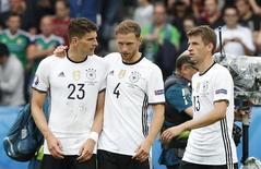 Jogadores alemães comemoram em jogo contra a Irlanda do Norte.  21/6/16. REUTERS/Christian Hartmann