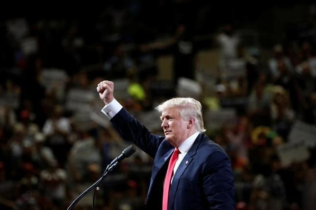 6月21日、米大統領選の共和党候補指名が確定したドナルド・トランプ氏は、個人からの寄付が低調で選挙資金が不足しているとの見方について、自分の資産は「無限」だと述べ、資金の問題はないと主張した。写真はアリゾナ州・フェニックスで18日撮影(2016年 ロイター/Nancy Wiechec)