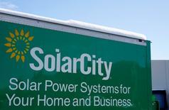 Tesla Motors a fait une offre pour le fabricant de panneaux solaires SolarCity. L'opération permettrait au constructeur américain de voitures électriques de prendre pied sur le marché des énergies renouvelables destinées aux logements et aux entreprises. /Photo d'archives/REUTERS/Rick Wilking