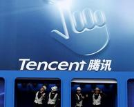 Логотип Tencent на Всемирной конференции мобильного интернета в Пекине. Мировой лидер в области игр для компьютеров и мобильных устройств Tencent Holdings Ltd приобретет контрольный пакет акций Supercell, производителя игрового приложения Clash of Clans, у SoftBank Group Corp за примерно $8,6 миллиарда.  REUTERS/Kim Kyung-Hoon/File Photo