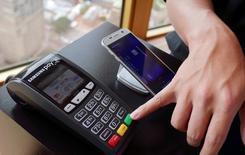 """Le développement du marché des paiements mobiles est l'occasion pour Samsung Electronics de refaire son retard sur Apple, le groupe américain ayant lui saisi depuis longtemps l'importance de bâtir un """"écosystème"""" de services autour de ses produits. /Photo prise le 15 juin 2016/REUTERS/Matt Siegel"""