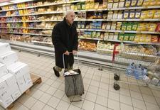 Мужчина в гипермаркете Ашан в Москве. 15 января 2015 года. Инфляция в России в июне может составить 0,2-0,3 процента в месячном выражении, а в годовом - 7,2-7,3 процента, сказал замминистра экономического развития Алексей Ведев. REUTERS/Maxim Zmeyev