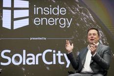 Foto de archivo de Elon Musk, jefe de SolarCity y CEO de Tesla Motors, hablando en una conferencia en Nueva York. 2 de octubre de 2015. El presidente ejecutivo de Tesla Motors Inc, Elon Musk, anunció el miércoles que su propuesta de adquisición de SolarCity podría elevar la valoración del fabricante de autos eléctricos a 1 billón de dólares, aunque los inversores se mostraron en desacuerdo. REUTERS/Rashid Umar Abbasi/File Photo