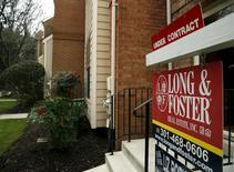 Una vivienda a la venta en Bethesda, EEUU, dic 30, 2015. Las ventas de casas usadas en Estados Unidos subieron en mayo a un máximo en más de nueve años debido a que la mejora en la oferta aumentó las opciones de los compradores, lo que sugiere que la economía continúa sólida pese a una drástica desaceleración en la creación de empleos el mes pasado.   REUTERS/Gary Cameron